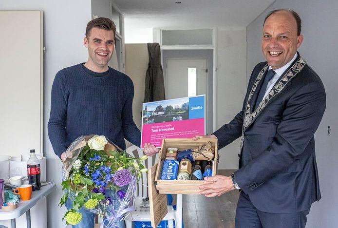 Burgemeester Peter Snijders verwelkomt de 130.000ste inwoner van Zwolle, Tom Hovestad
