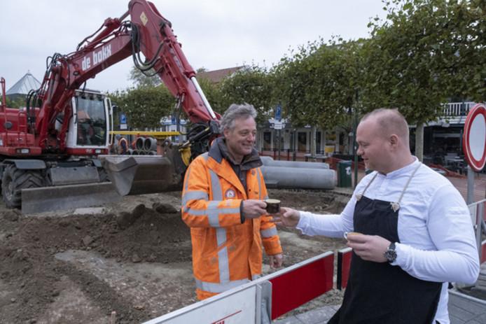 Jimmy Verboom (rechts) van restaurant De Wig biedt projectleider Roelof Hartman van aannemersbedrijf De Bokx uit Terneuzen een kopje koffie aan.