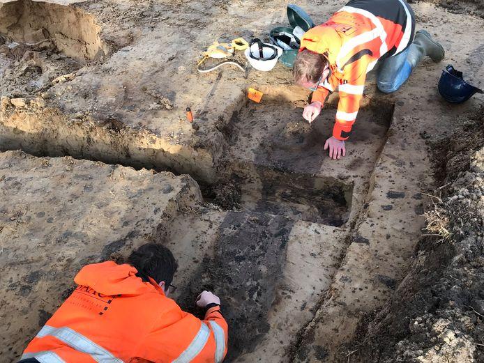 Op het Isabellaveld werden twee jaar geleden de contouren en tanden van skeletten van soldaten gevonden. Een puzzelstukje van de Linie 1629.