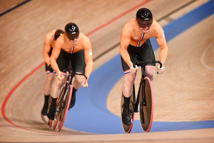 De Nederlandse baanwielrenners in actie op de olympische baan.