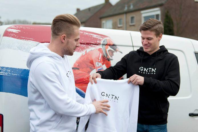 Justin Kimmann (Dedemsvaart, zwarte trui) en Mitchel Schotman (Wesepe, witte trui) lanceren samen het kledingmerk GNTN clothing.