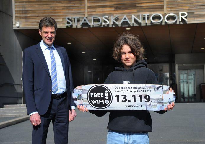 Tijn Anderson kreeg 13.119 handtekeningen voor zijn petitie tegen de sluiting van skatepark WIM in Middelburg. Hij overhandigde die aan wethouder Chris Dekker in de vorm van een bestickerd skateboard.