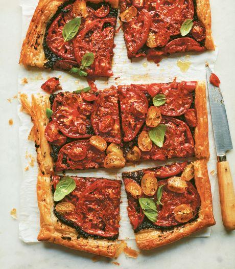 Bij deze tomatentaart met tapenade smaken roseetjes heel goed