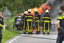 Brandweer bij de brandende auto in Etten-Leur.