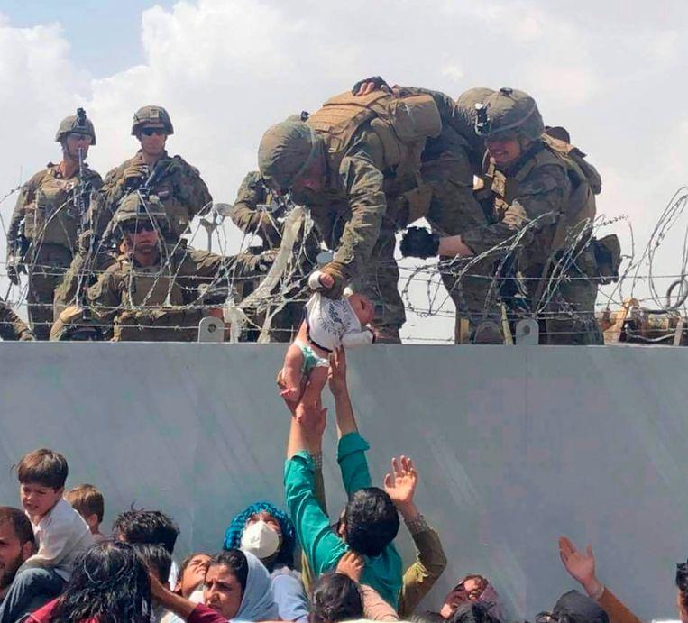 Chaotische taferelen op de luchthaven van Kaboel na de machtsovername door de taliban. Beeld AP