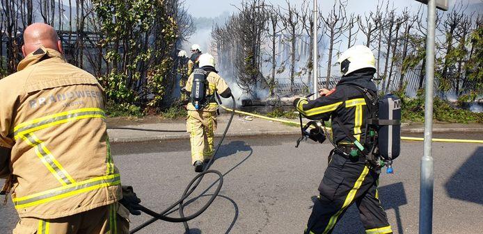 Brandweer in actie tijdens de brand aan de Henry Woodstraat in Hengelo, dinsdagmiddag.