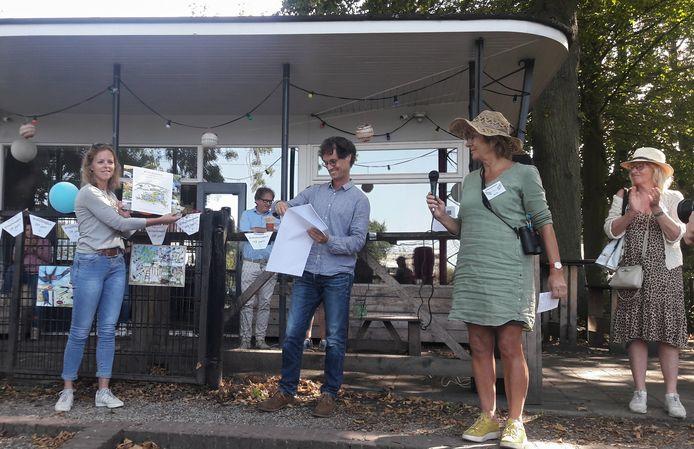 Wethouder Greetje Bos (links), toen ze deze zomer de toekomstvisie op het Wilhelminapark in Breda in ontvangst nam.
