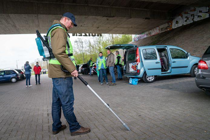 Vrijwilliger Simon zuigt met deze 'peukenzuiger' gemakkelijk opgerookte sigaretten van de grond. Drie van deze apparaten werden door stichting Heel Arnhem Schoon aangeschaft in de strijd tegen zwerfafval.