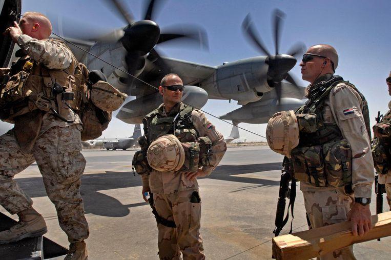 Afghanistan, 2009: generaal-majoor Mart de Kruif (midden) stapt in een Amerikaans toestel voor een werkbezoek in Helmand Beeld