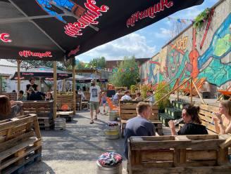 """Nieuwe zomerbar in oude flessenfabriek in Ledeberg: """"We wilden de buurt samenbrengen en dat is precies gelukt"""""""