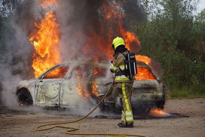 In Altforst (gemeente West Maas en Waal) is maandagavond een auto volledig uitgebrand