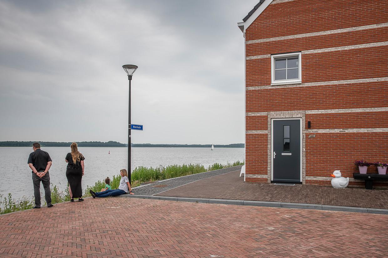 Weids uitzicht over het nieuw aangelegde Oldambtmeer vanuit Blauwestad. Sinds de coronapandemie is er veel vraag naar woningen daar. Beeld Harry Cock / de Volkskrant