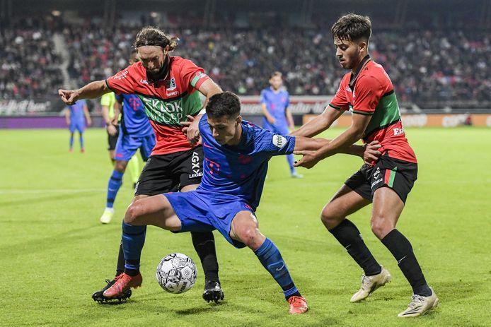 NEC'ers Edgar Barreto en Souffian El Karouani proberen FC Utrecht-spits Anastasios Douvikas de bal te ontfutselen.