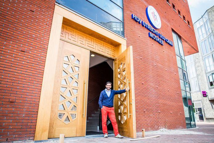 Alpay Demirci van het moskeebestuur, heet iedereen welkom in de nieuwe moskee.