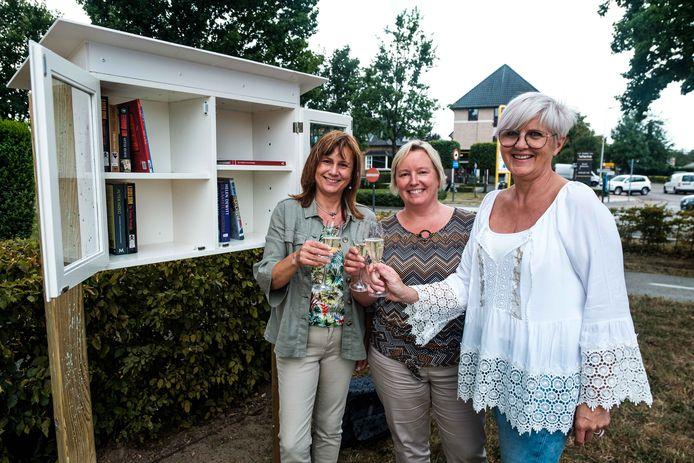 Opening van de Boekenruilkastje op het Sint-Hubertusplein in Wiemesmeer met schepen van cultuur  Marina Seurs, burgemeester Ann Schrijvers en bibliotheekmedewerkster Hilde Bijnens.