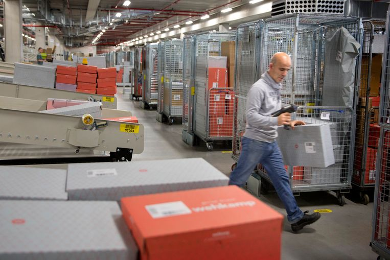 Het sorteercentrum van Wehkamp in Zwolle. Beeld Herman Engbers