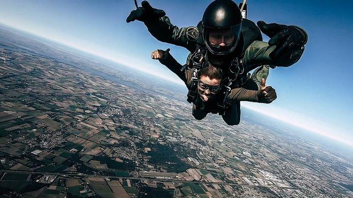 De parachutesprong van Marjolein van Loenen boven West-Brabant in het programma Kamp van Koningsbrugge.