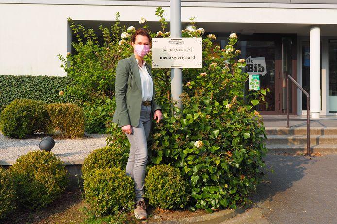Schepen Wendy Weckhuysen (CD&V) bij één van de panelen met Rumstse dialectwoorden.