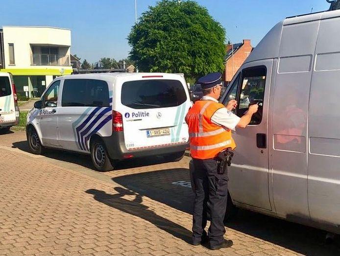 Aan het rond punt in Rotselaar werden verschillende voertuigen aan de kant gezet door agenten van de politiezone BRT.