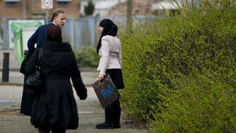 Imane Mahssan (R) en haar advocaat maandag bij de rechtbank in Zaandam. Foto Beeld anp