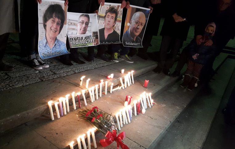 Een herdenkingsbijeenkomst met foto's van omgekomen medewerkers van het Franse blad Charlie Hebdo. Beeld epa