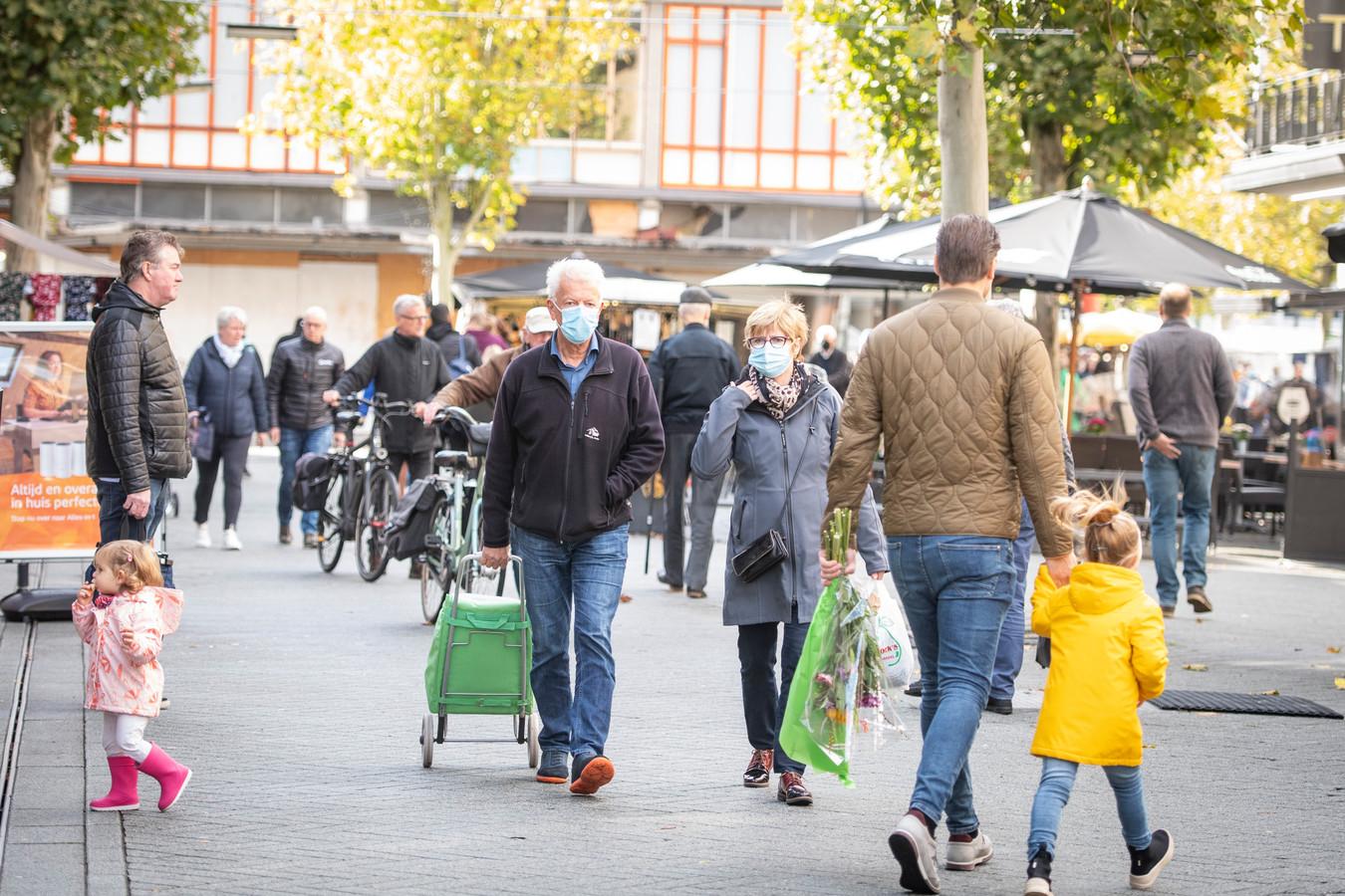 Hoewel het gebruik van mondkapjes in het centrum van Hengelo de laatste tijd iets toeneemt houden de meeste mensen het kapje in hun jaszak.