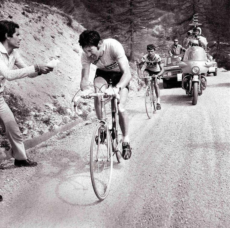 Eddy Merckx zet zijn naaste belager José Manuel Fuente op afstand in 1972. Beeld OLYCOM