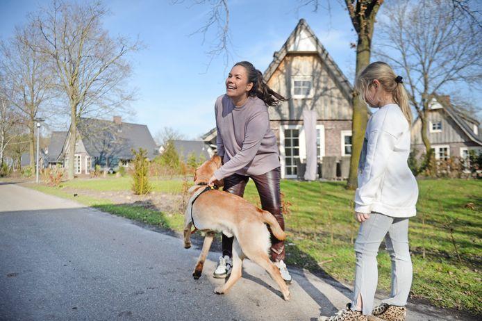 Chris Beck met dochter Kiki en hond Duk.