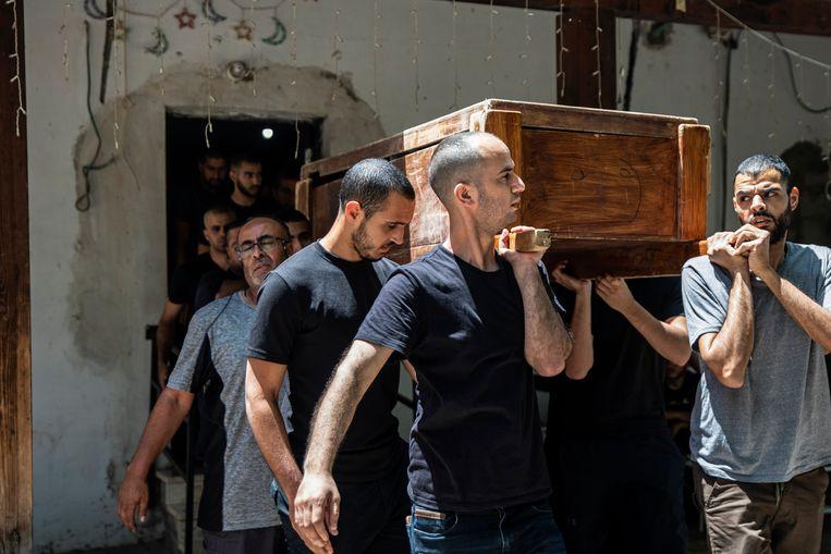 Begrafenis van Khalil Awaad en zijn dochter Nadine (16), Arabische Israëli's die woensdag werden gedood door een raket vanop de Gazastrook. Beeld AP