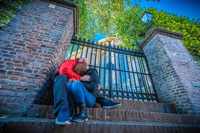De dakloze Maria en Raymond voor de Nieuwe Kerk aan het Spui waar ze zich vaak even terugtrokken.
