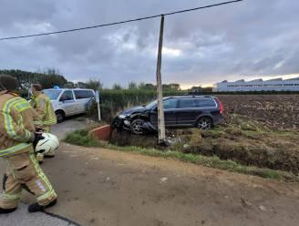 Auto knalt tegen elektriciteitspaal... aan uitrit van keuringsbureau