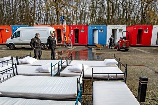De eerste containers voor daklozen achter de Jan Massinkhal zijn dinsdag geplaatst. Bert Beelen