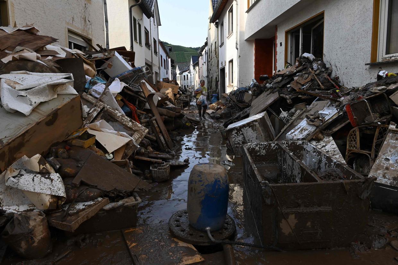 In het Duitse Dernau is het water gezakt. Wat overblijft is modder en puin. Beeld AFP