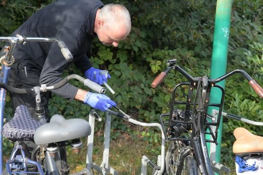Technische recherche doet onderzoek bij de Goffert. De rechercheur zou het rubbertje waar hij met de kwast overheen veegt, even later los snijden en meenemen in een zakje.