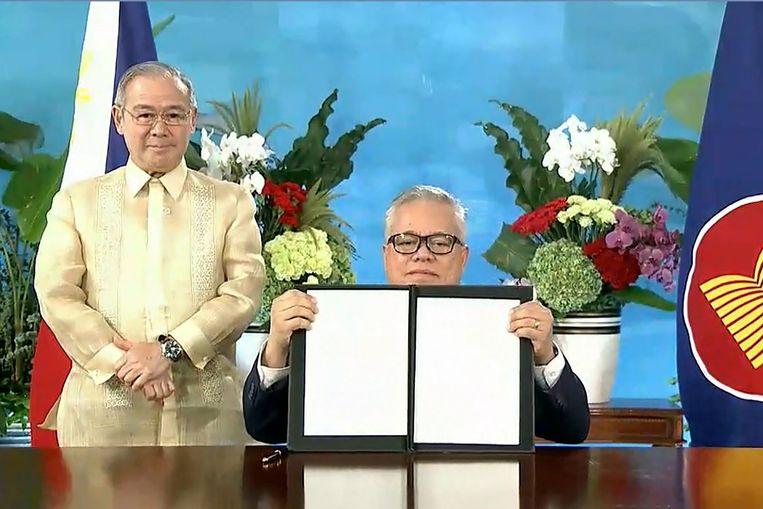 De Filippijnse minister van buitenlandse zaken heeft zojuist zijn handtekening gezet onder het nieuwe handelsverdrag RCEP. De ceremonie vond zondag virtueel plaats. Beeld AFP