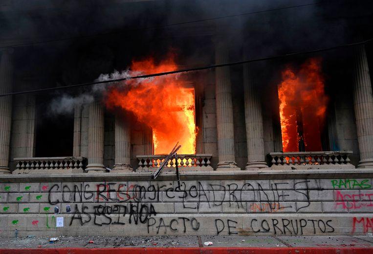 Het brandende parlementsgebouw in de Guatemalteekse hoofdstad Guatemala-Stad. Beeld AFP