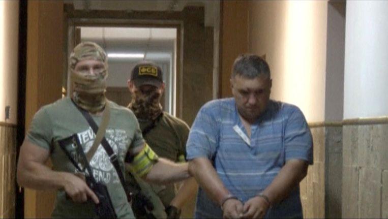 Agenten van de FSB, de Russische geheime dienst, arresteren een vermeend saboteur op de Krim. Beeld REUTERS