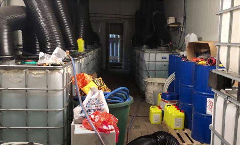 In een manege in Nijeveen bleek de grootste cocaïnewasserij te zitten die ooit in Nederland is aangetroffen. Beeld YouTube/Politie Landelijke Eenheid