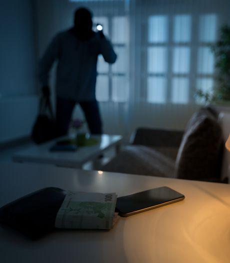 Surpris en pleine nuit, il pousse un cambrioleur par la fenêtre du premier étage