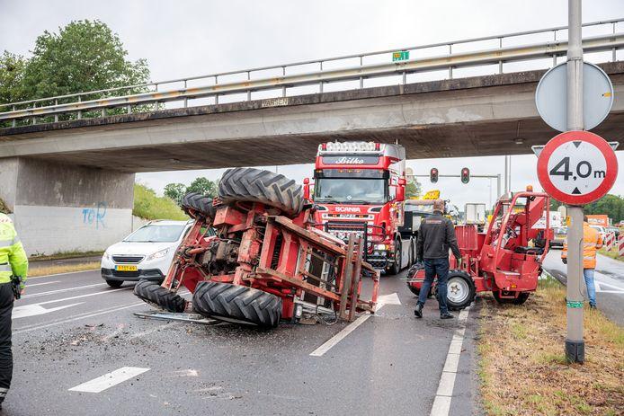 Het ging een jaar goed, maar vrijdagmiddag is er weer een truck met een te hoge lading tegen het viaduct op de N340 in Varsen gebotst.