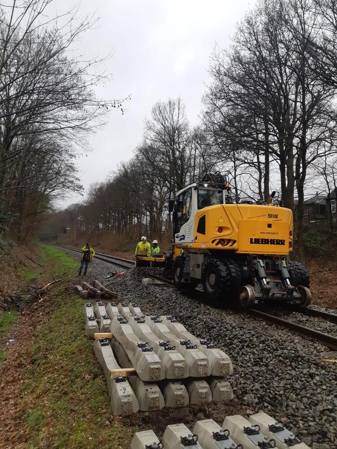 Met een kraan werden herstelwerkzaamheden op het spoor uitgevoerd