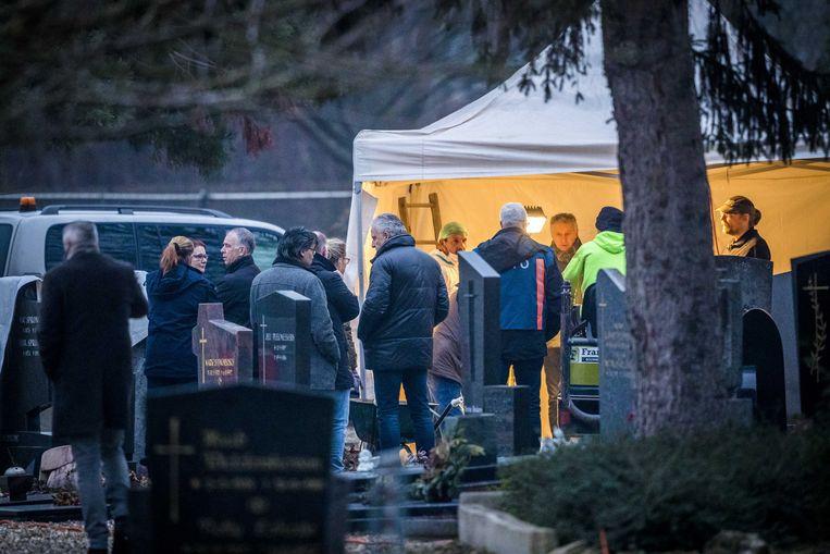In een graf op een kerkhof in Maastricht is woensdag gezocht naar resten van de verdwenen Tanja Groen. Er zijn geen stoffelijke resten aangetroffen. Ook misdaadjournalist Peter R. de Vries (midden) is aanwezig, hij staat de familie van Groen bij. Beeld ANP MARCEL VAN HOORN