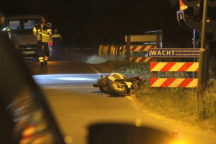 Op basis van de eerste bevindingen denkt de politie dat er sprake is van een eenzijdig ongeval waardoor de jongen op het spoor terecht is gekomen.