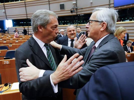 Een ongemakkelijke begroeting vandaag in het Europees Parlement. UKIP-leider en Brexit-voorstander Nigel Farage (links) tegenover commissievoorzitter Jean-Claude Juncker.