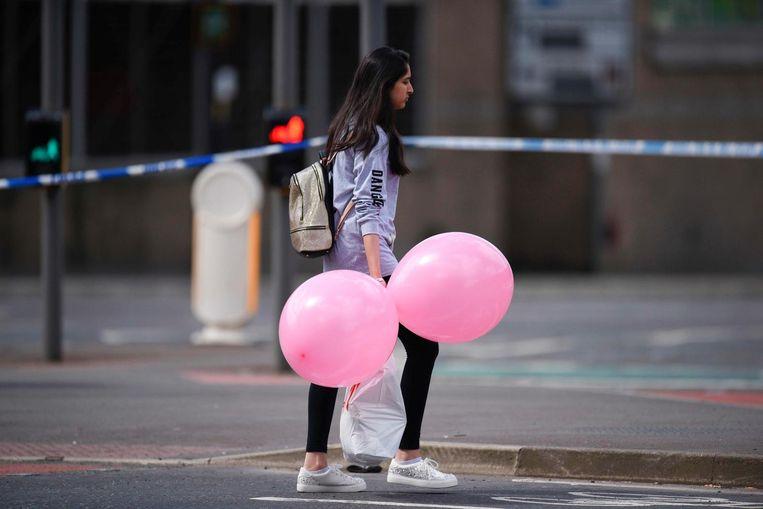 Een meisje na de aanslag bij het concert van Ariana Grande in Manchester. Beeld afp