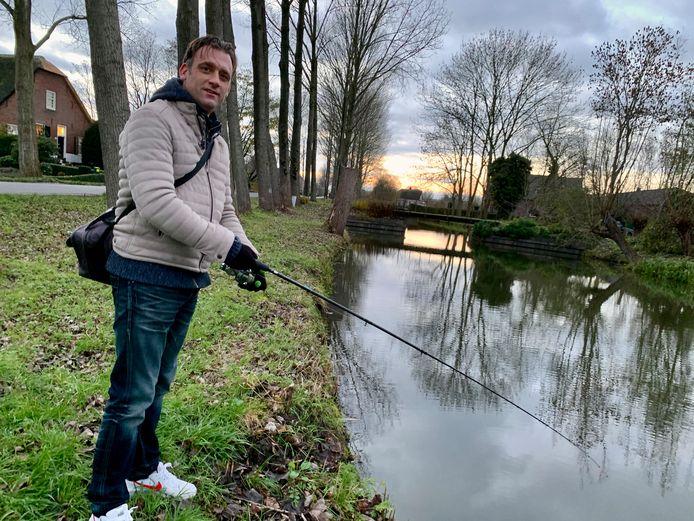 Michael van Kordelaar neemt altijd z'n hengel mee. Zeker als hij bij z'n schoonmoeder in Hei- en Boeicop op visite gaat. Ze woont zo mooi aan een brede sloot, daar moet hij altijd even een hengeltje uitgooien.