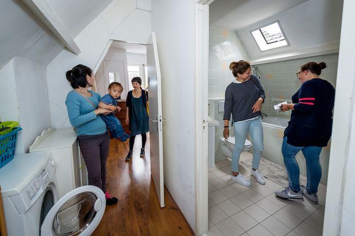 De huizenmarkt is overspannen: op bezichtigingen komen soms hordes belangstellenden af.