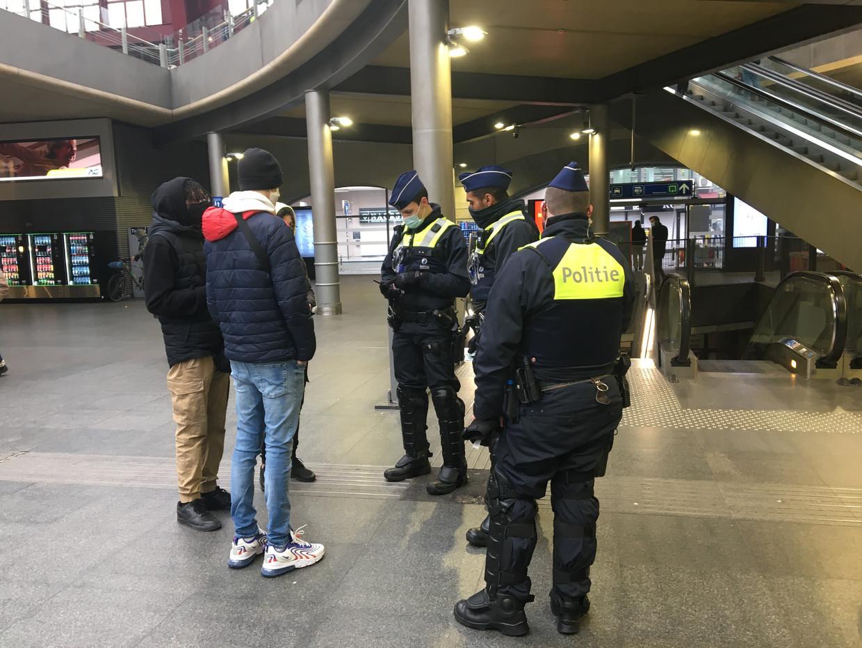 Politiecontrole in en rond station Antwerpen-Centraal. Beeld Marc Schoetens