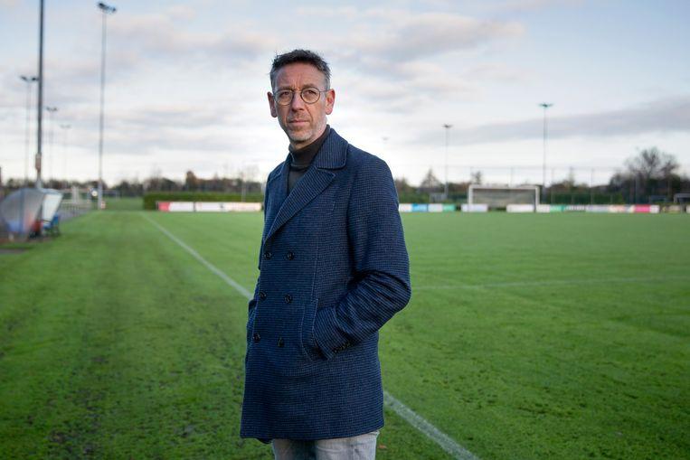 Jan Dirk van der Zee, directeur amateurvoetbal van de KNVB, op een leeg voetbalveld in Heerenveen.  Beeld Herman Engbers