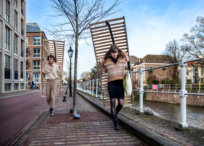 Thomas van Galen (24) en Marit van de Warenburg (23) hebben net twee lattenbodems opgehaald en zijn onderweg naar het huis van Marit in de Vogelenbuurt.